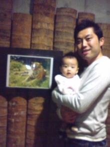 虎の写真の前で