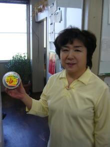 柚りっ子みそを持つ松浦純子さん