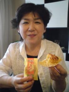 スイートポテトを食べる純子さん