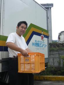 コンテナーを運ぶ寺田さん